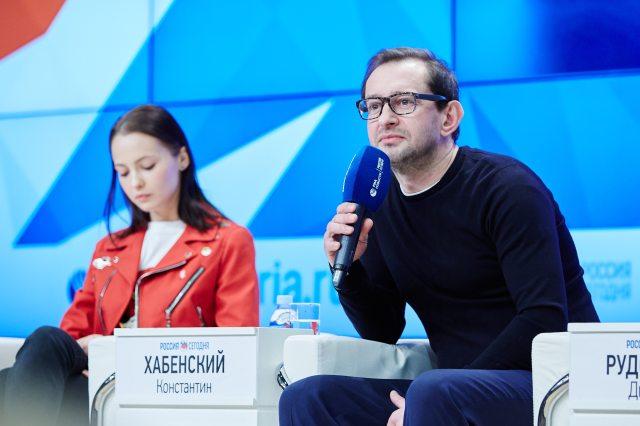 Selfie_Moscow_Press_Conference_Yulia Khlynina i Konstantin Khabensky_1.jpg